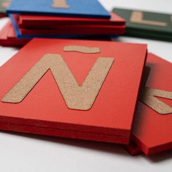 Letras lija mayúsculas Montessori detalle