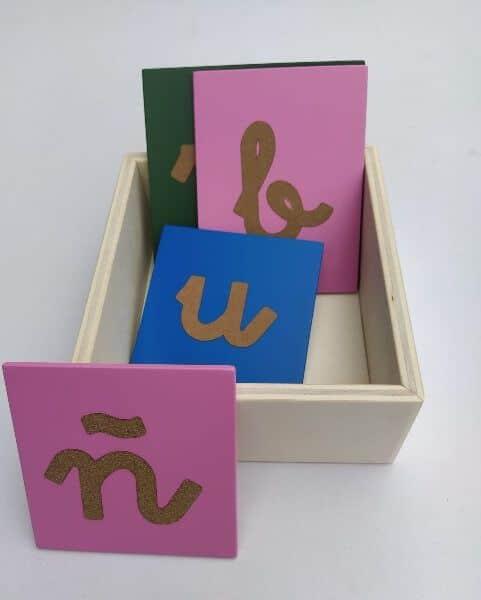 caja de madera letras lija varias